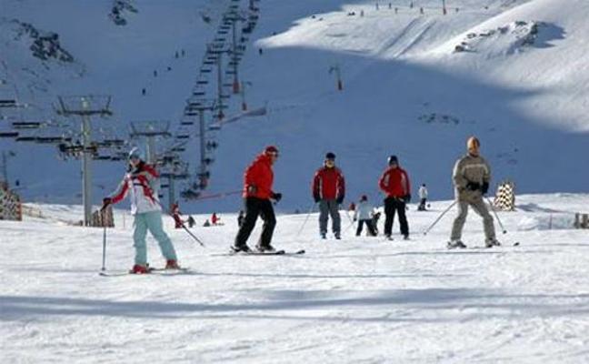El viento obliga a cerrar Leitariegos tras un puente con más de 7.000 esquiadores en León