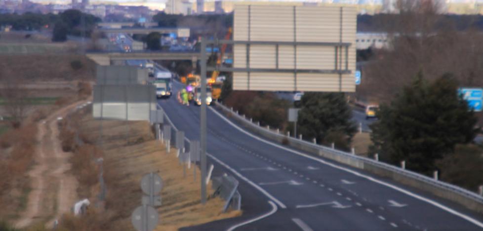 Un herido al volcar un camión en la A-6 a la altura de Gutierre-Muñoz en sentido Madrid