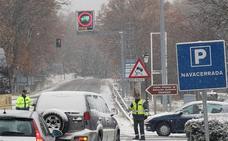 La nieve cierra al tráfico de camiones el puerto de Navacerrada