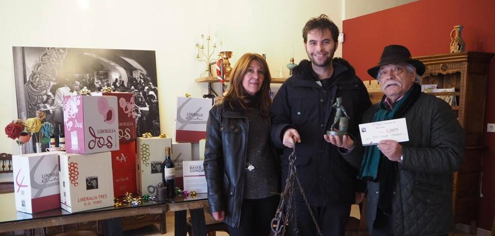 José Ángel Marcos recibe el premio del concurso de escultura de Liberalia