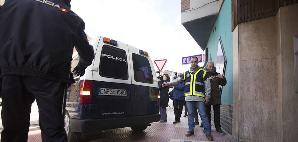Los jugadores de la Arandina salen del piso compartido tras varias horas de registro policial