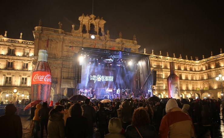 La lluvia se invita a la Nochevieja Universitaria de Salamanca