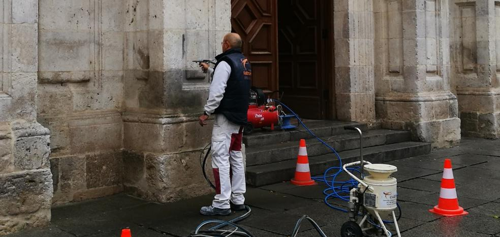 Limpian la pintada de la fachada de la Universidad de Valladolid