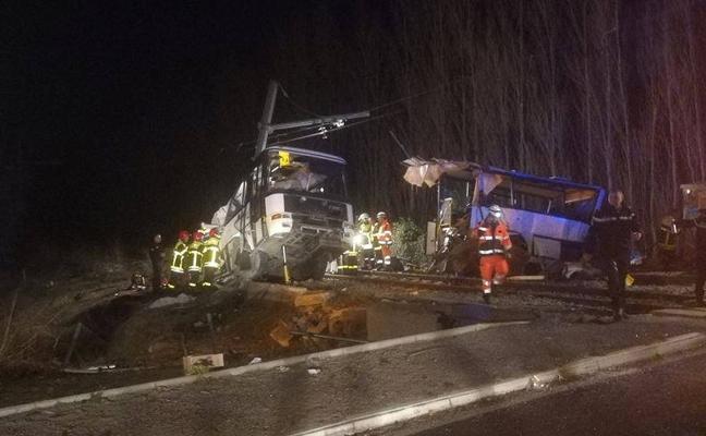 Cuatro adolescentes muertos en la colisión entre un autobús escolar y un tren en Francia