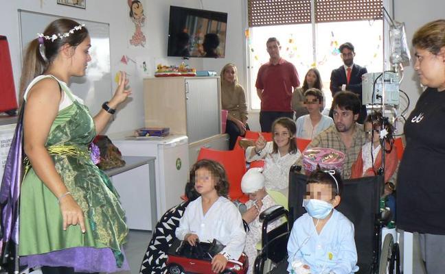 Jóvenes de empresas familiares entregan juguetes a los niños hospitalizados