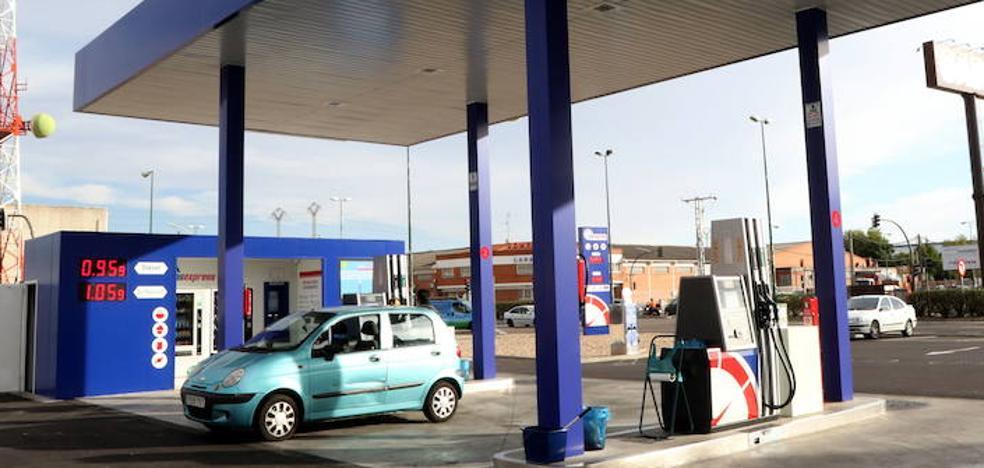 La Junta modificará la ley que obliga a las gasolineras a tener empleados