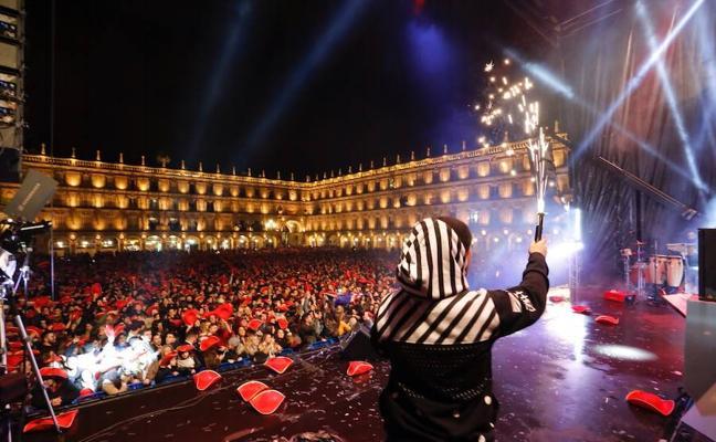 Miles de jóvenes viven su gran noche en la Plaza