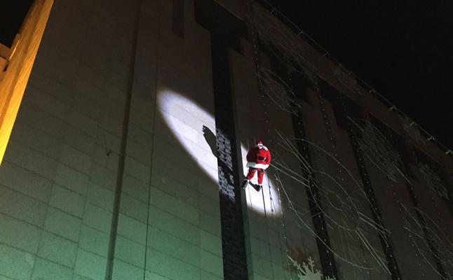 Papá Noel desciende por la fachada de El Corte Inglés de Zorrilla