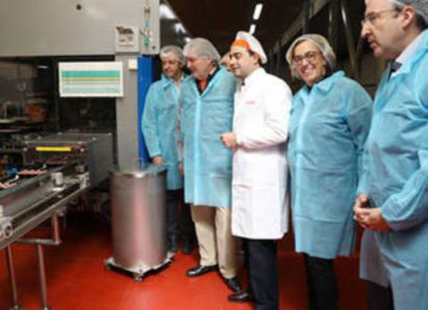 Méndez de Vigo visita Chocolates Trapa «porque para defender algo, hay que conocerlo»