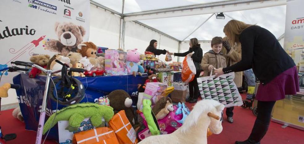 Cerca de 27.000 objetos, libros y muñecos se entregan en la campaña 'Juguete solidario'