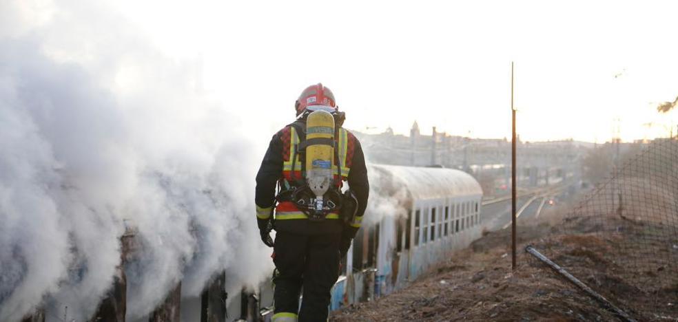 Alarma en la zona de Vialia tras arder un vagón de un tren en desuso