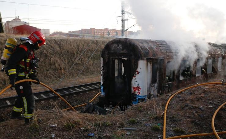 Arde un tren abandonado en la estación de Salamanca
