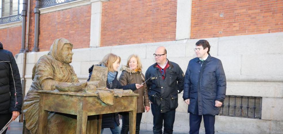 Una gran escultura rinde homenaje a las turroneras de La Alberca en la Plaza del Mercado
