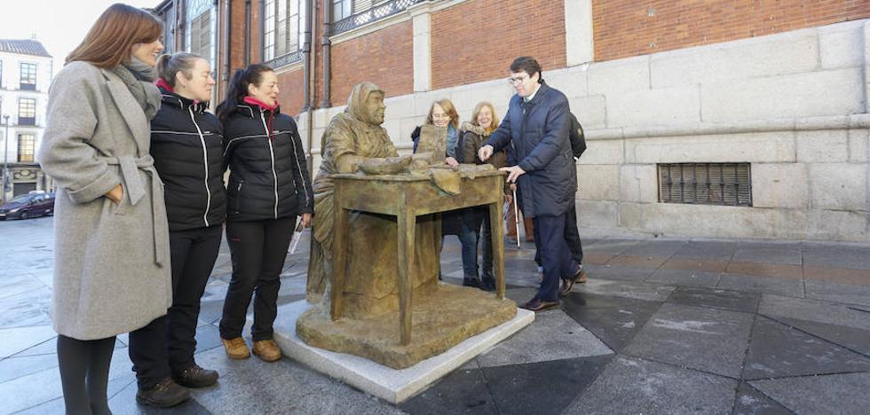 Salamanca dedica una escultura en bronce a las turroneras de La Alberca junto al mercado