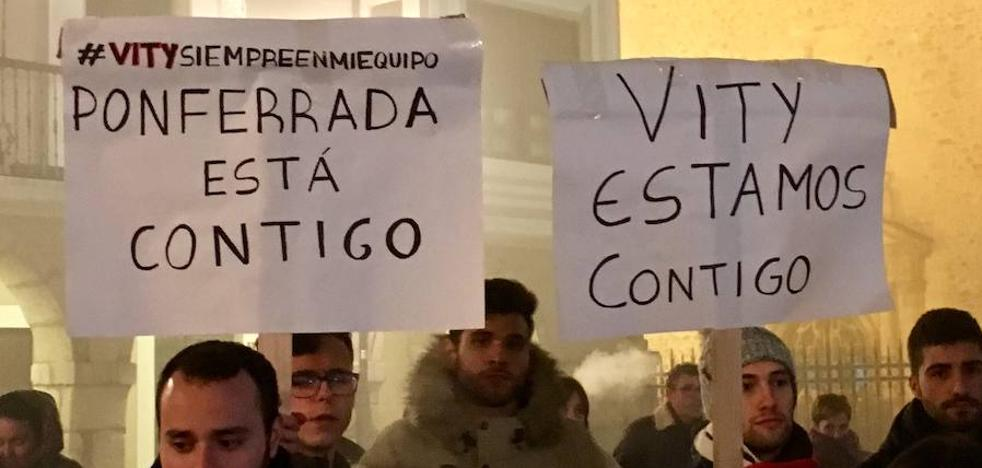 50 personas se concentran en Ponferrada en apoyo a los jugadores acusados de presunto abuso a una menor