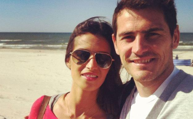 Sara Carbonero e Iker Casillas en la playa. /Facebook