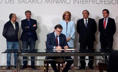 Rajoy firma una subida del salario mínimo del 4% para 2018, del 5% para 2019 y del 10% para 2020