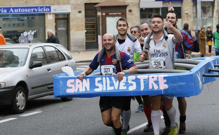 Participantes y disfraces en la San Silvestre de Salamanca