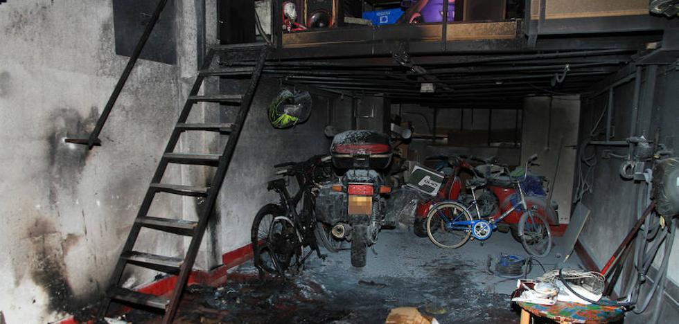 Desalojan dos portales por el incendio en un garaje en la calle María de Pablos