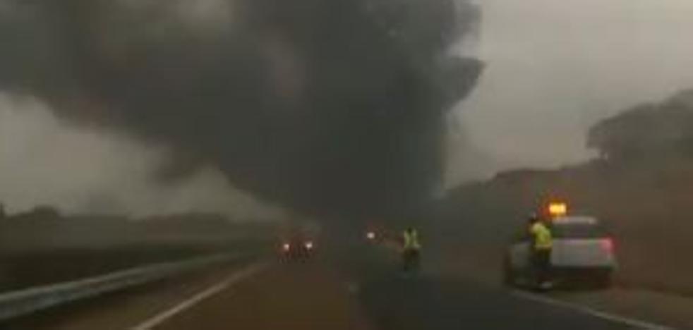 Arde un camión en la A-62 tras salirse de la vía y volcar a la altura de Alaejos