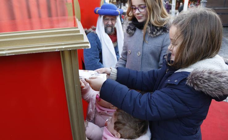 Los niños palentinos entregan sus cartas al paje de los Reyes Magos