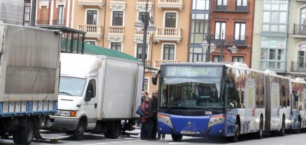 Urbanismo busca una solución para los usuarios de bus en la plaza de España