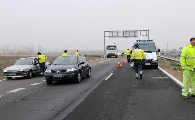 Agentes de la Guardia Civil realizan controles en una carretera./EL NORTE