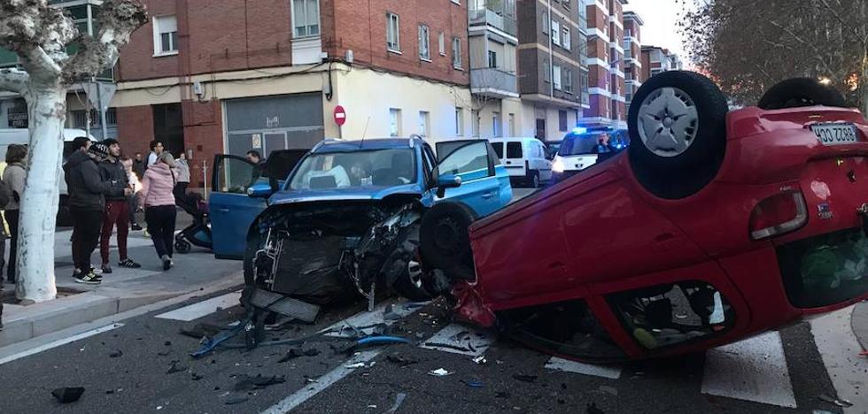Aparatoso accidente entre dos coches en el barrio del Carmen