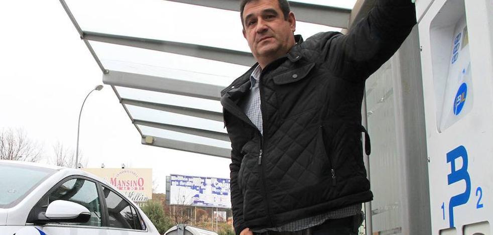 Más de 20 euros al día para recargar el primer taxi eléctrico de Segovia