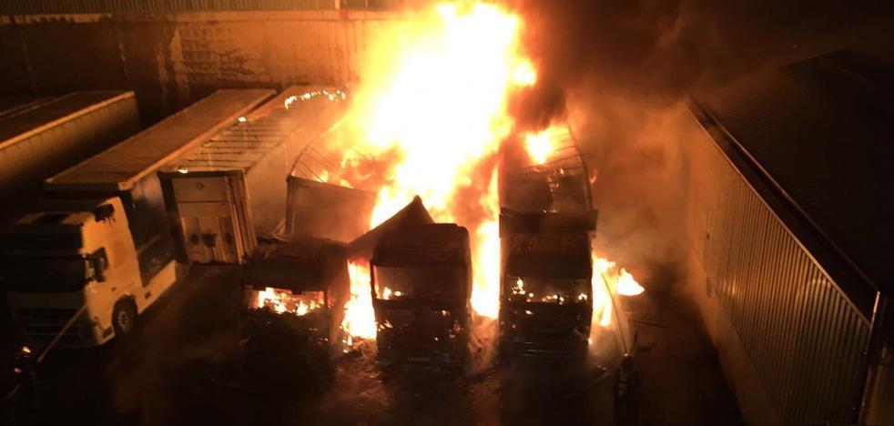 Cinco camiones afectados por un incendio en el Polígono San Cristóbal