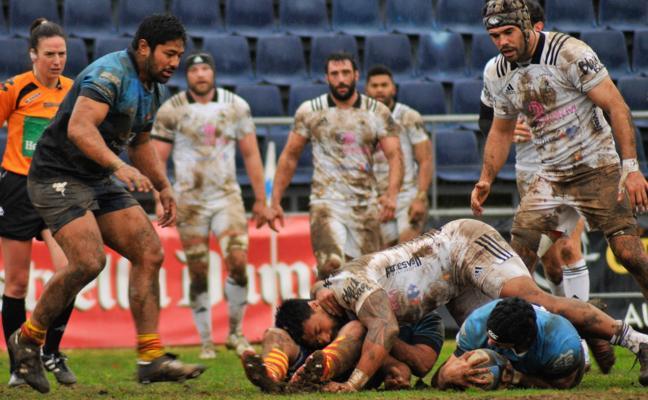 El Salvador logra una victoria de categoría sobre el barro