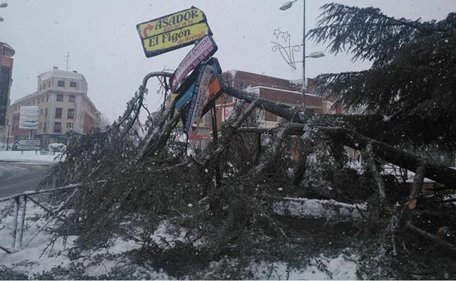 125 personas pasan la noche en las instalaciones del Teatro Castilla de Arévalo debido al corte de la autopista AP6