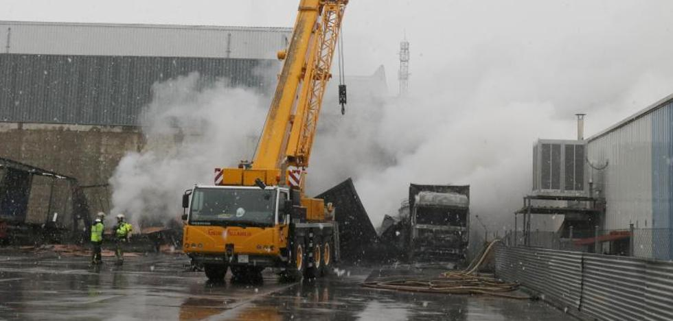 Un incendio en una nave de transportes provoca daños superiores a 100.000 euros