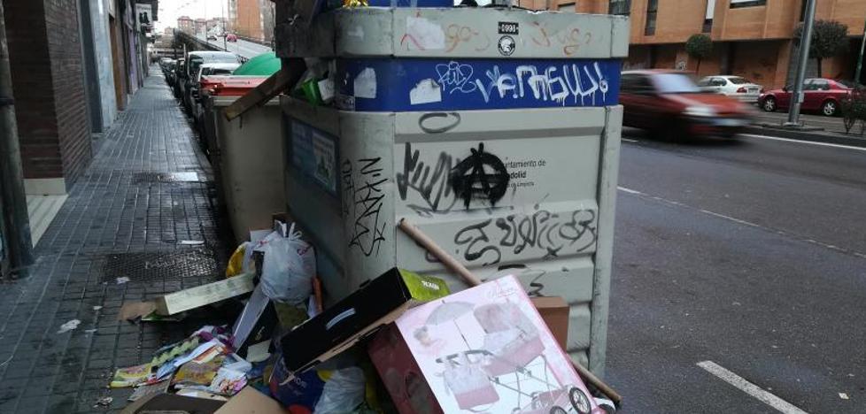 Los contenedores de recogida de papel, desbordados tras la semana de Reyes Magos