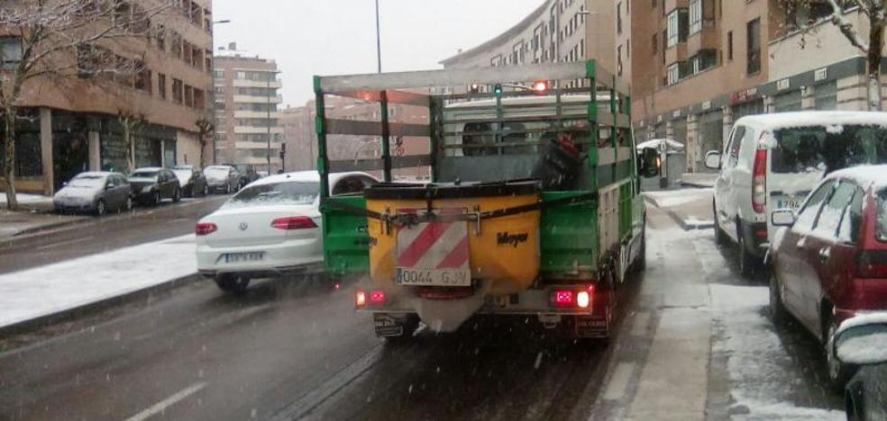 El Ayuntamiento reparte toneladas de sal para evitar las heladas en la capital