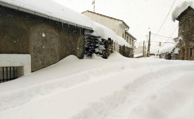 La nieve sepulta varias zonas rurales de Ávila