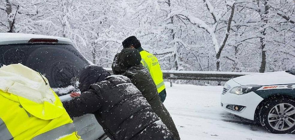 La Asociación Unificada de la Guardia Civil atribuye el atasco al recorte en personal