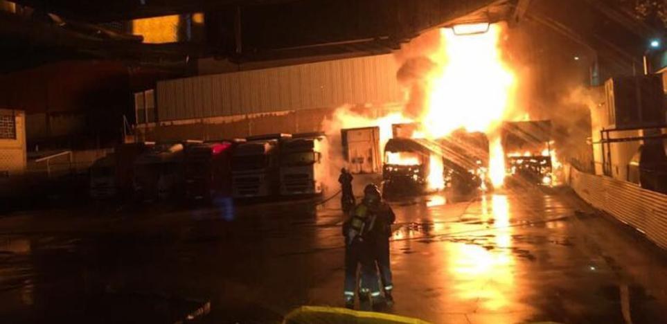 El camión que originó el incendio en una nave de transportes había cambiado las baterías hace un mes