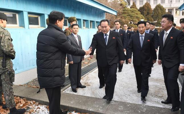 Las dos Coreas optan por aliviar la tensión en una reunión histórica