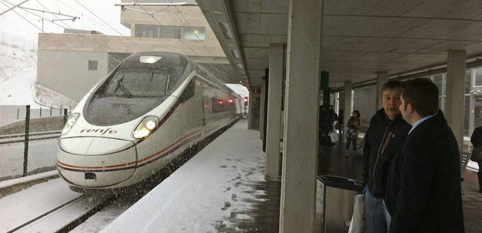 Trasladados en coche policial decenas de viajeros de dos trenes de alta velocidad