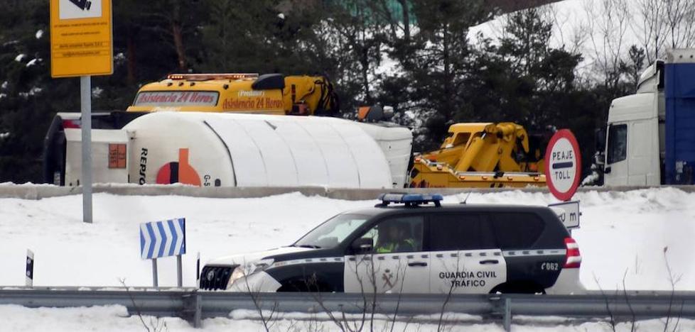 Abren al tráfico las autopistas tras la retirada del camión de propano