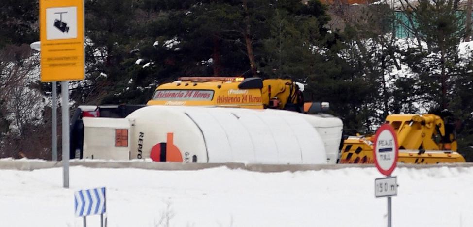 La fuga de gas de un camión en la AP-6 está controlada, pero el corte durará horas