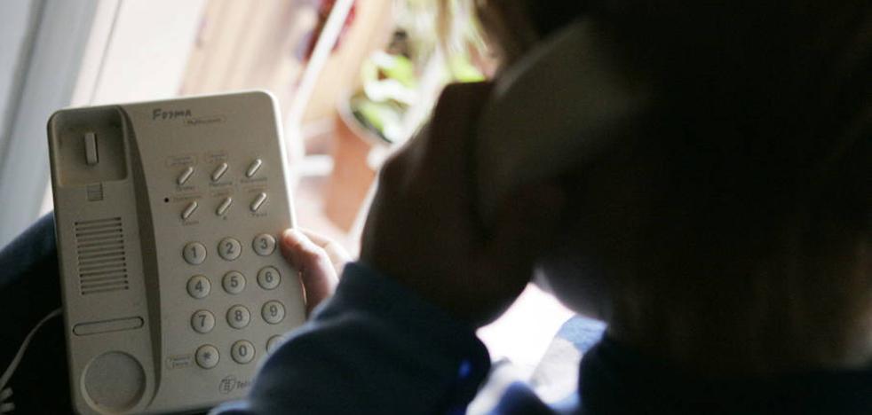 Contrata tres líneas telefónicas y adquiere un móvil con datos de un vecino