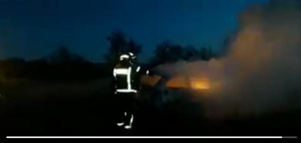 Arde un vehículo junto a las instalaciones de Lingotes Especiales