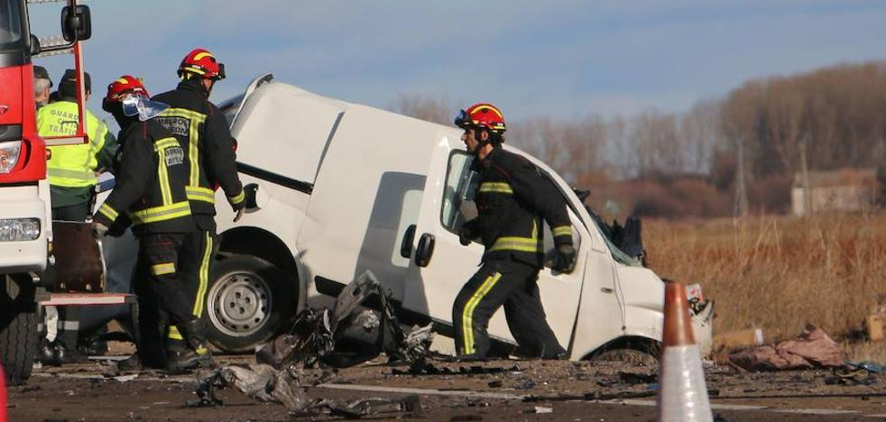 Un accidente mortal tras la colisión de una furgoneta con un camión en la N-120 reabre el debate sobre la liberación del peaje de la León-Astorga