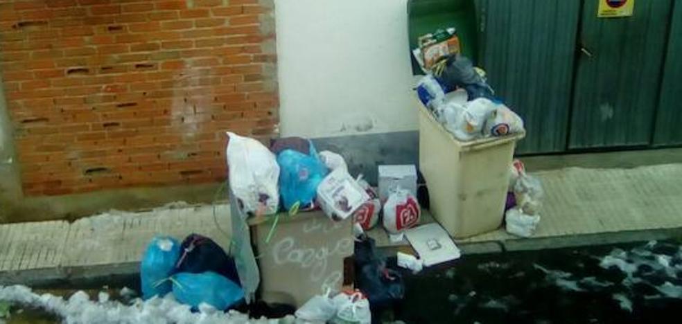 El Ayuntamiento exigía ayer a la mancomunidad la recogida de las basuras en todas las calles