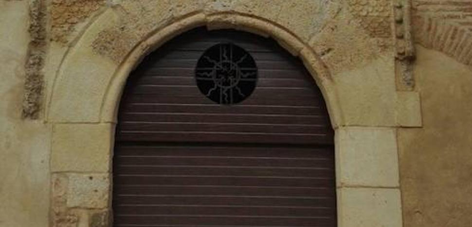 El párroco de Villalón repondrá la puerta que cambió sin permiso de Patrimonio