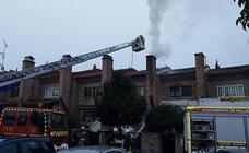 Arde una chimenea en un chalé de la calle Carmen Conde de Laguna
