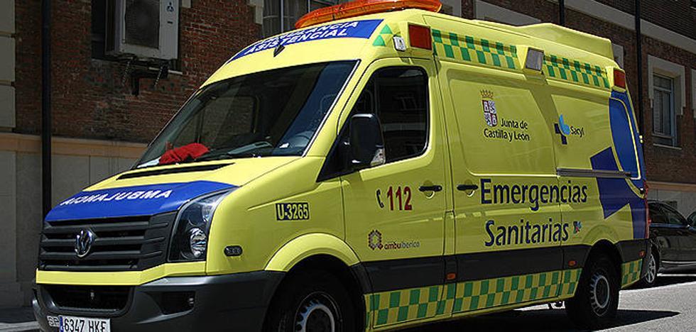 Agentes asisten a un hombre de 55 años que se desvaneció en la calle Cantabria de Valladolid Ambulancia