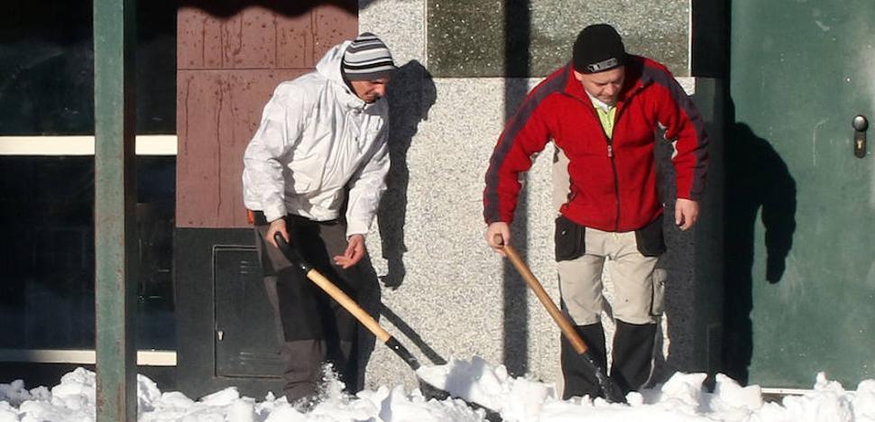 ¿Es obligación de los vecinos limpiar las aceras frente a sus casas?